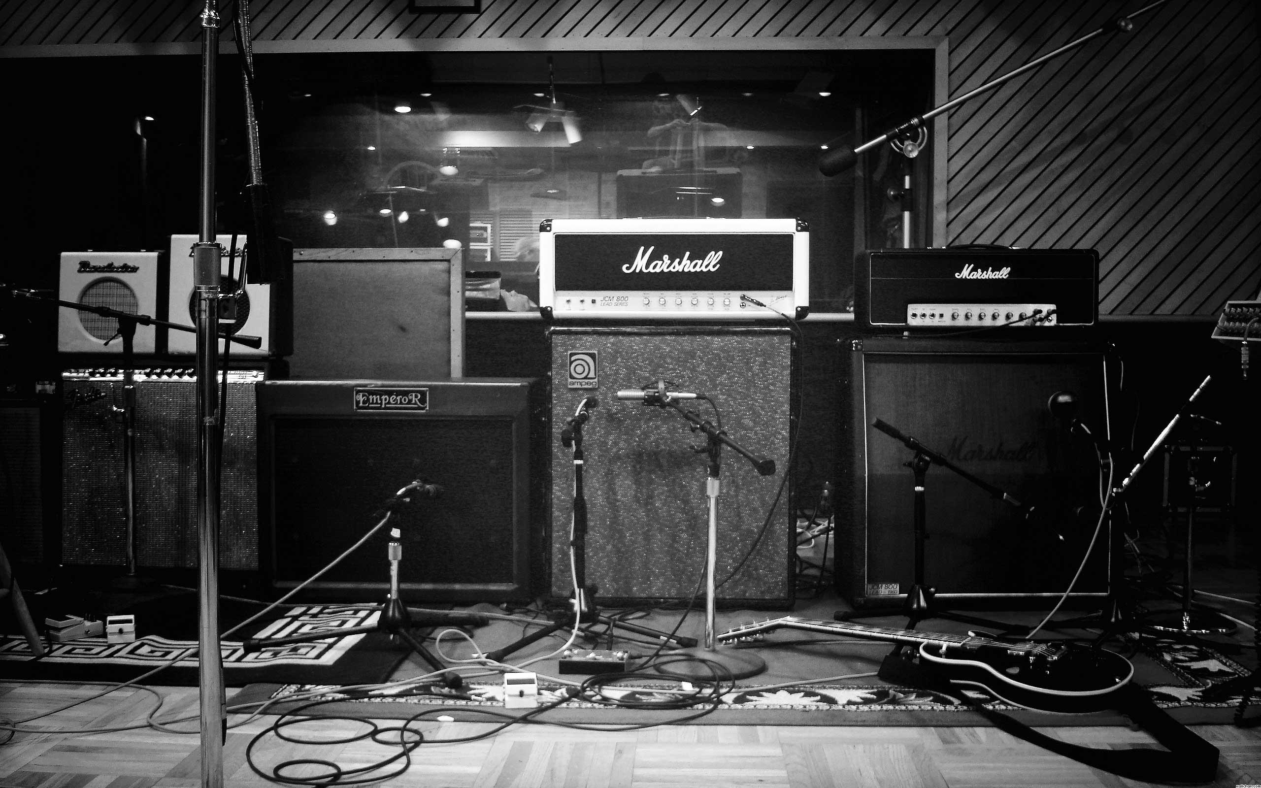 studio-music-instruments_bw
